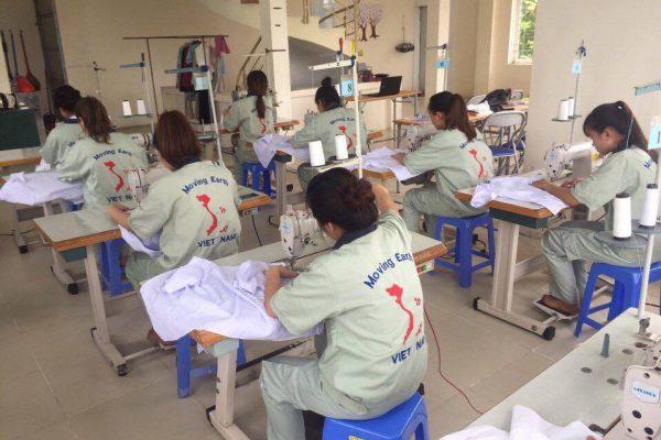 Một buổi thực hành tay nghề may của thực tập sinh MH